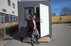 Konttirakentamista Ruotsiin tuova Xlnt Living on hakenut esimerkkejä muun muassa Keski-Euroopasta, jossa konteissa asuminen on yleistynyt. Yrityksen perustajiin kuuluva ruotsinsuomalainen Petri Veikkolainen toivoo, että kontit löytävät tiensä myös Suomeen.