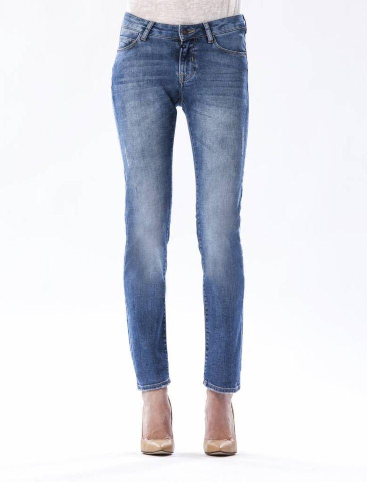 Susan Medium Blue Straight Jeans  Description: Cup of Joe is a denim label dat zich sinds jaar en dag laat inspireren door de fijne dingen des levens. COJ beschouwt jeans in navolging van bijvoorbeeld een kop koffie als een daily essential. Iets waar we in ons dagelijks bestaan dus niet zonder kunnen. Vandaar ook het grote aantal varianten in de shop.COJ maakt gebruik van innovatieve behandelmethodes om unieke eigentijdse looks te kunnen creëren. Denk aan gerafelde texturen bijzondere…