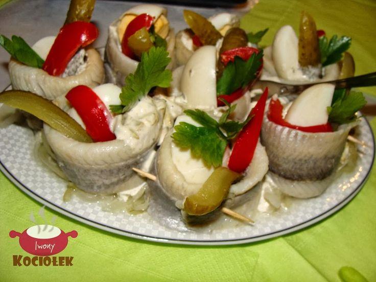 Składniki:  (na 12 płatów śledziowych)  12 płatów śledziowych w oleju  4  jajka  3 ogórki konserwowe  maryn owana papryka   Sos tatarski:  ...
