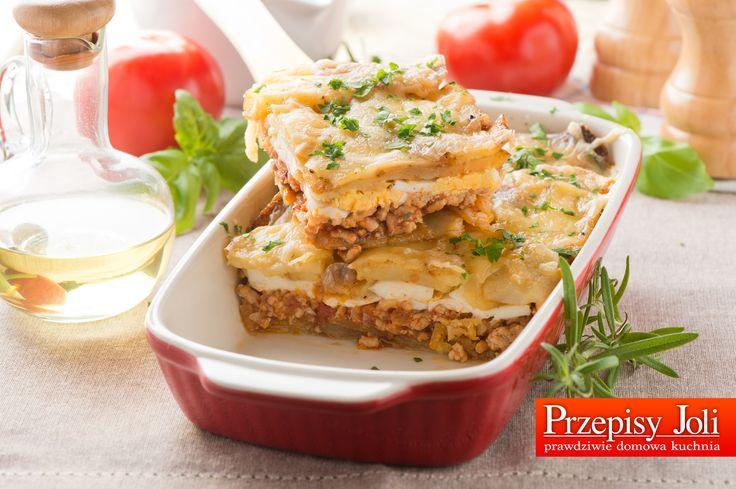 ZAPIEKANKA Z MIĘSEM MIELONYM I ZIEMNIAKAMI ZAPIEKANKA Z MIĘSEM MIELONYM I ZIEMNIAKAMI Składniki: ok. 1 kg ziemniaków 400 g mięsa mielonego wieprzowego lub wołowego 1 puszka krojonych pomidorów bez skóry 3 jajka 150 ml bulionu mięsnego 150 g żółtego ostrego sera 1 cebula 2 ząbki czosnku olej do smażenia przyprawy: sól, pieprz, liść laurowy, słodka …