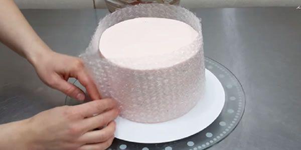 Nos últimos anos, um monte de vídeos foram adicionados na net mostrando-nos técnicas para decorar bolos! - Aprenda a preparar essa maravilhosa receita de Ela envolve o bolo em plástico bolha, o que ela cria é simplesmente ESPANTOSO!