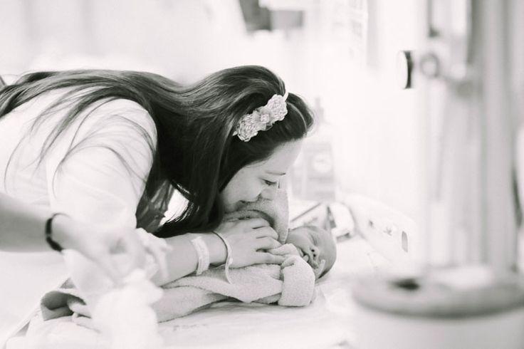 Lifestyle newborn session at hospital, baby's first hours! (via Mertör Photography)    İstanbul yenidoğan bebek çekimi