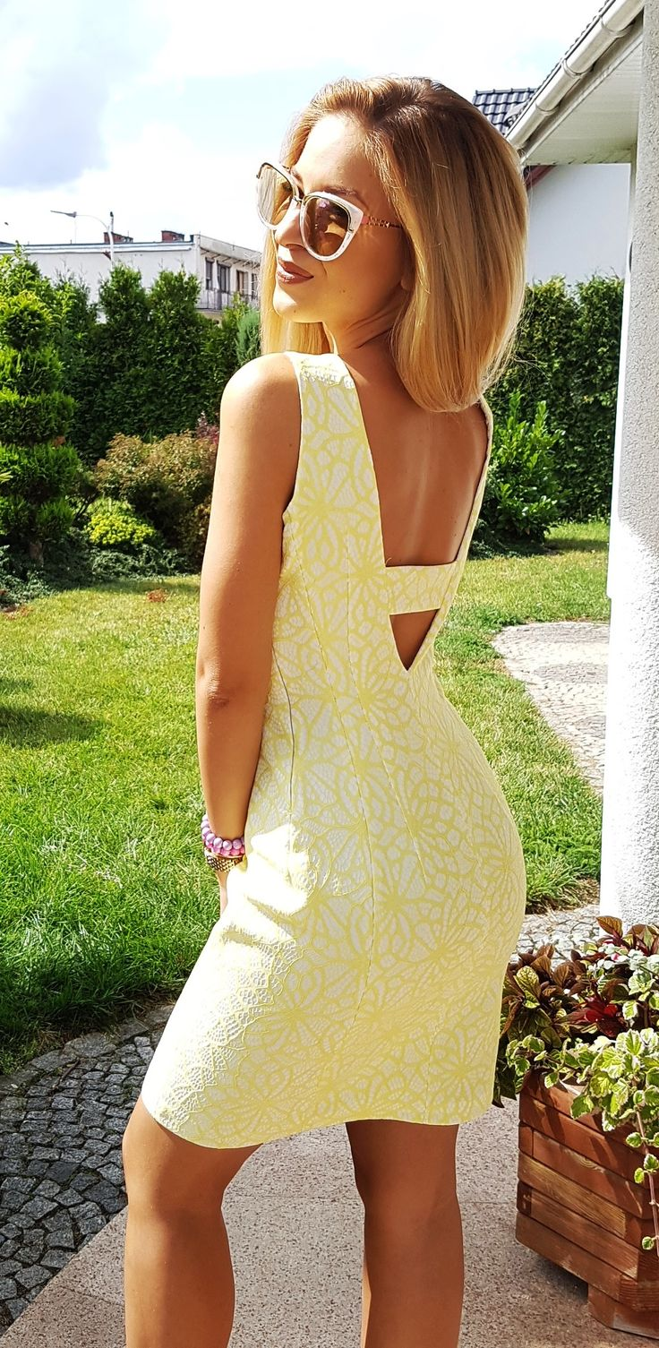 Ołówkowa sukienka w geometryczne wzory w pięknym żółtym kolorze z dekoltem na plecach. Idealna propozycja na poprawiny!  169 zł
