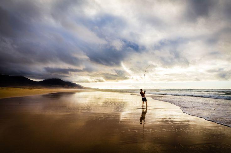 Cofete's Fisherman - Quando il sole tramonta e tutti se ne vanno dalla selvaggia Cofete rimane solo lui a sfidare l'Oceano.