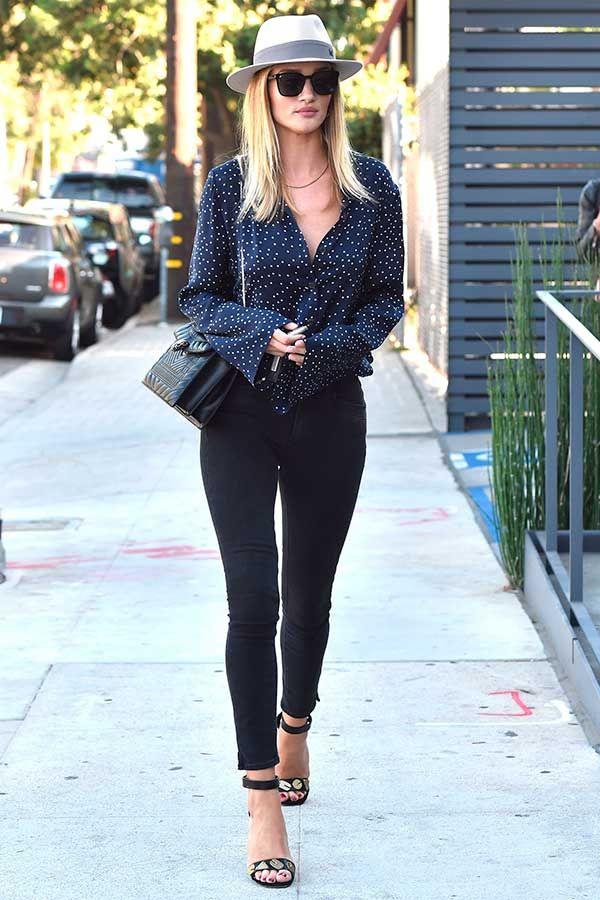 Rosie Huntington Whiteley com camisa estampada, calça skinny, sandália de tiras…