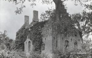 Eigenlijk ligt deze ruïne met de poort en de voorhoeve in Heusden. Dit is een zeer oud gehucht dat in de jaren twintig van de vorige eeuw ee...