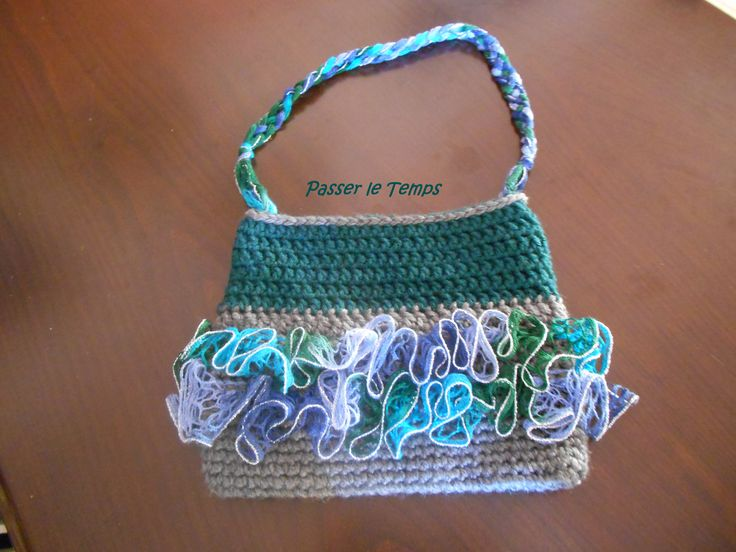 Crochet handbag, bulky yarn in green and grey, with sashay yarn detail