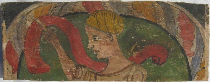 • TAVOLA XVIII cm 44 x 17 x 2,3 DAMA CON LE FORBICI Le condizioni generali di questo elemento sono buone, si riscontrano solo alcune piccole mancanze nella pellicola pittorica che è ben aderente all'imprimitura. Sul verso, tracce di pigmento rosso macchiano la tavola. Figura femminile di profilo verso sinistra, che con le forbici taglia un nastro rosso. La dama porta una acconciatura di capelli biondi, oppure un cappello a guisa di turbante giallo. Questa immagine, che per le tinte richiama…