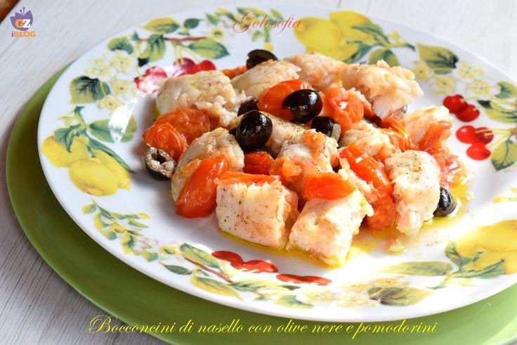 Bocconcini di nasello con olive nere e pomodorini, un piatto leggero e squisito, ideale per chi apprezza la buona tavola, ma desidera mantenersi in forma.