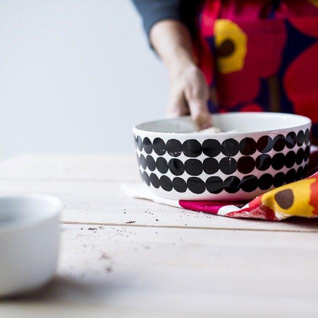 Kitchen and table: Oiva/Siirtolapuutarha tableware and Unikko kitchen accessories. #seasonsingredients #marimekko by marimekkodesignhouse