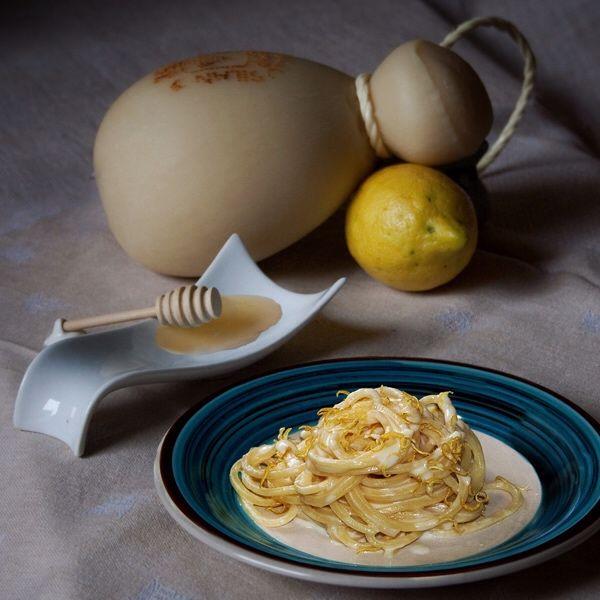 Gli spaghetti all'acqua di limone in crema di caciocavallo e miele sono una ricetta sfiziosa pensata anche per valorizzare gli ottimi prodotti calabresi