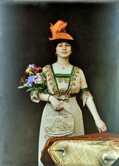 Unknown lady, ca. 1909. Autochrome. • Amazing colors and styling in this portrait
