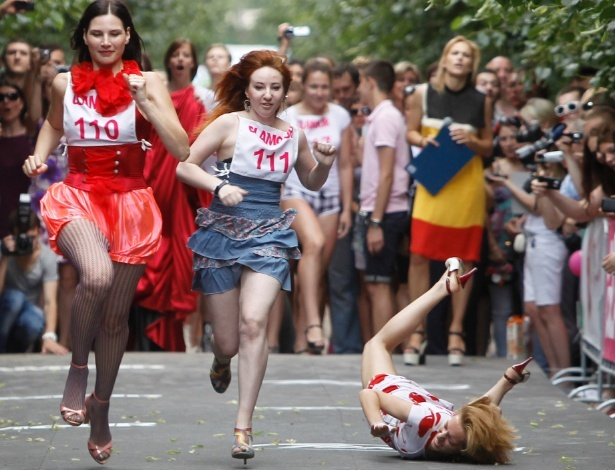 Russas participam de corrida de salto alto em troca de vale-compras
