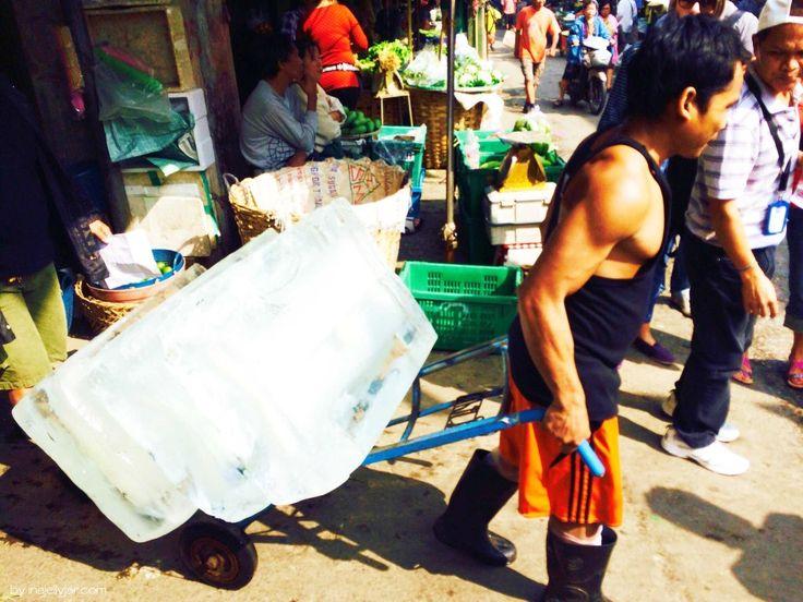Wie aus einer anderen Zeit: Eisblöcke in Bangkoks Chinatown, Thailand