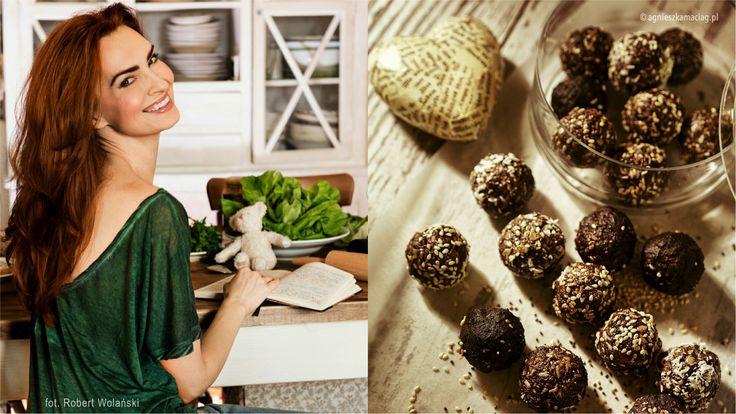 Te kulki czekoladowe zawierają antyoksydanty (to coś dla nas!), magnez, kwasy Omega 3, chlorofil (trawa jęczmienna) oraz zdrowy tłuszcz (olej kokosowy).