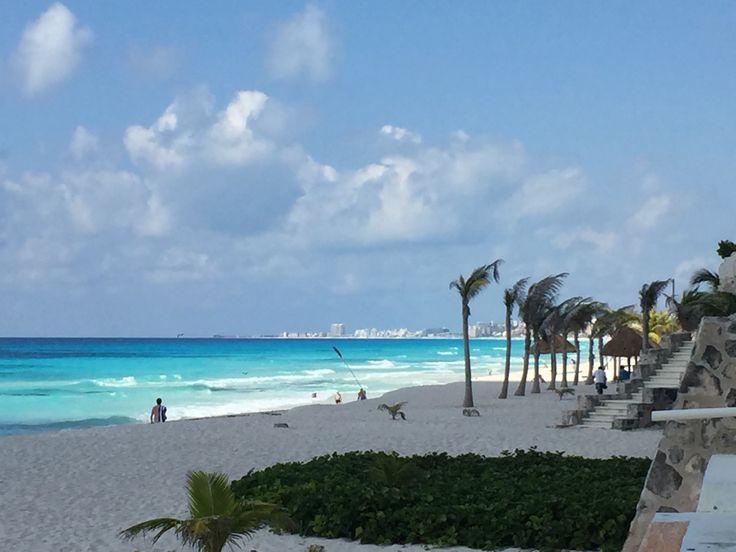Cancun, una delle città più turistiche del Messico, sembra essere stata costruita solo per le vacanze degli Statunitensi. Nella zona hotelera palazzi altissimi si trovano uno a fianco all