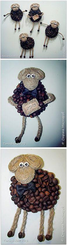 los árboles y las ovejas de la Navidad hechas de granos de café. clase magistral