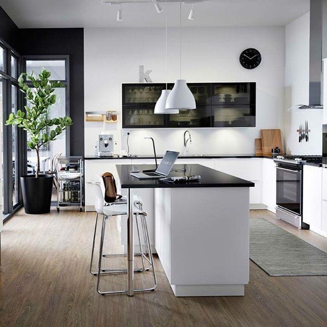 Una cucina dal design giovane e dinamico. Cosa ne pensi?  #arredamento #casa #cucina #design #idea #stile #bianco #decor #interiordesign #kitchen #legno #pranzo