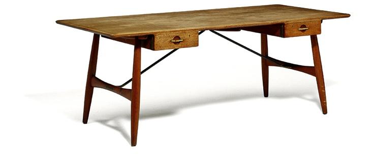 Solgt. Hans J. Wegners skrivebord var vurderet til 75.000, men blev solgt for 250.000 kroner. - Foto: Bruun Rasmussen