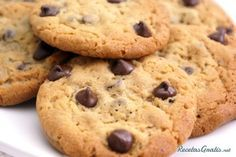Aprende a preparar galletas con chispas de chocolate y nueces con esta rica y fácil receta.  ¿Eres un apasionado de las galletas y te gustaría aprender a hacerlas tú...