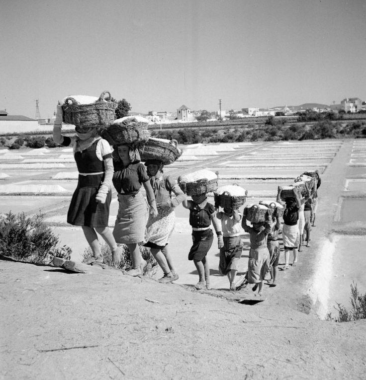 Artur Pastor, Um grupo de mulheres carrega sal no Algarve no início dos anos 60. imgur.com