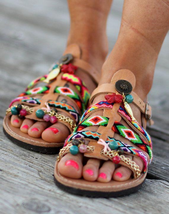 Sandalias hechas a mano por encargo. Estrella de mar  Un par de sandalias griegas de cuero con antislieppery ruber único. ¡ Son super cómodas, impresionante y elegante! Usar con pantalones, vestidos o faldas y sentirse bien con todos estos colores brillantes!  Están decoradas con colores amistad pulseras-swen en los zapatos de la mano- y piedras semipreciosas, amuletos y cadenas.  Si usted toma la mitad de tamaño, sube al tamaño entero más cercano.  tamaños disponibles EU____..... 35…
