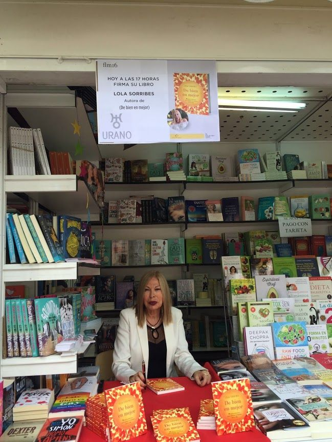Lola Sorribes firmando su obra en la Feria del Libro de Madrid 2016.