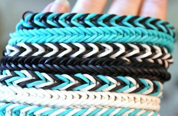 Gummiarmbänder-schwarz-weiß-mit-blau-armbänder-flechten-ideen