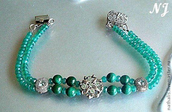 Ce joli collier est vraiment unique, composé de perles de Malachite et de Aventurine verte, très lumineux et scintillant, original et printanier !  Longueur du collier 47 cm, les perles de Malachite 6 mm, les Aventurines sont 2x3 cm, fermeture argent 925.  Le bracelet assorti est vendu dans la boutique: Onyx vert et Malachite 18,5 cm. L'aventurine est la pierre idéale pour harmoniser le chakra du cœur dans la maison, elle apporte calme et harmonie.   Très voyant, ce collier statement aux…