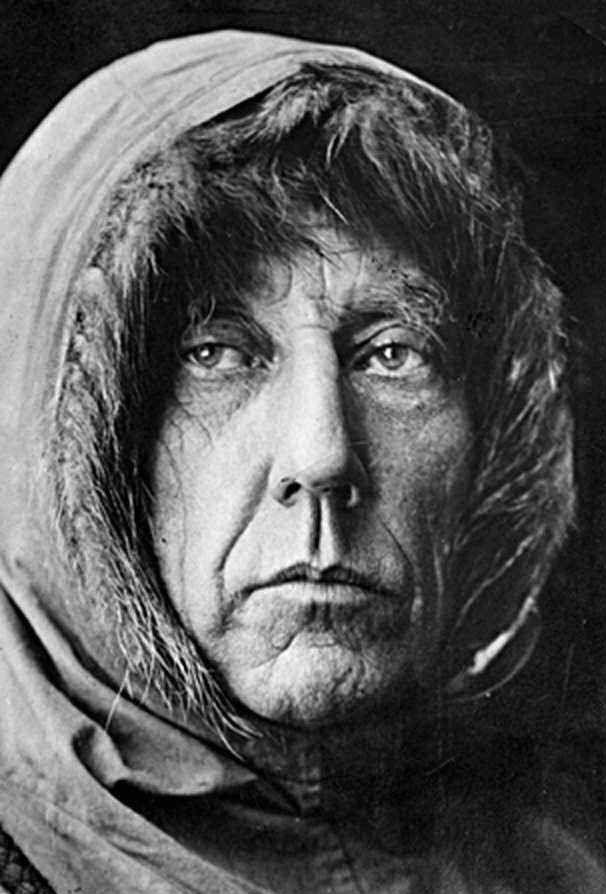Roald Engelbregt Gravning Amundsen (1872 - 1928) est un marin et explorateur polaire norvégien Roald Amundsen effectua la première traversée du passage du Nord-Ouest (entre l'Atlantique et le Pacifique, au nord de l'Amérique du Nord) d'une seule traite, entre 1903 et 1906. Il entreprit ensuite l'exploration du pôle Sud, qu'il fut le premier à atteindre, en 1911. Il survola en 1926 le pôle Nord à bord d'un dirigeable.