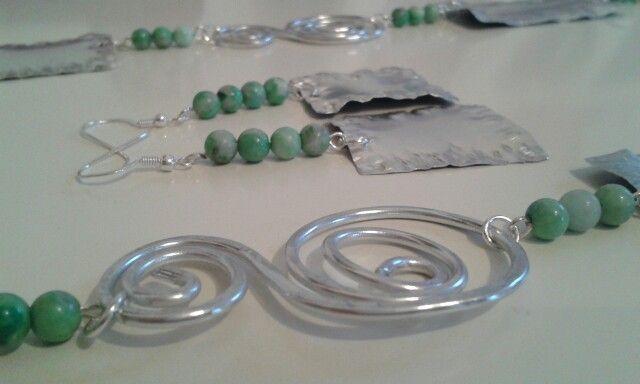 Collana con perline in crisocolla verde e placchette di alluminio riciclate abbinata ad orecchini