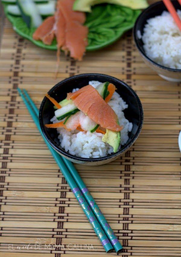"""Chirashi o sushi en plato NGREDIENTES (para 2 personas) 100 gr de arroz para sushi o arroz redondo (el de toda la vida, es el que uso yo) 2 o 3cucharadas de aliño para sushi (depende de si os gusta más o menos """"alegre"""") Tiras de pepino, aguacate, zanahoria, salmón, palitos de surimi.... Salsa de soja Aliño para sushi: 125 ml de vinagre de arroz o de manzana 3 cucharadas de azúcar 1cucharadita de sal"""