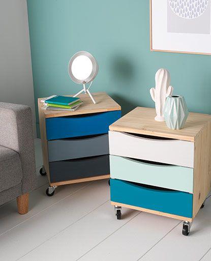A la base, ces sont des caissons sur roulettes plutôt «passe-partout»… En peignant simplement les tiroirs dans un subtil camaïeu gris-bleu, vous les métamorphosez en meubles design :  à utiliser en bouts de canapé, rangements nomades ou chevets.