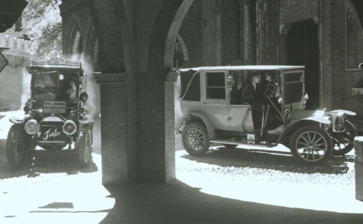 """Kartka z kalendarza motoryzacji. 108 lat temu, dokładnie 15 lutego 1908 roku, wyprodukowano pierwszą taksówkę Fiata. Model 1 fiacre był pierwszym samochodem Fiata zaprojektowanym i zbudowanym specjalnie na potrzeby miejskiego transportu publicznego. Nazwa """"fiacre"""" to z języka francuskiego """"dorożka"""". Samochód napędzał silnik o pojemności 2009 ccm i mocy 16 KM (przy 1400 obr./min). Auto mogło"""