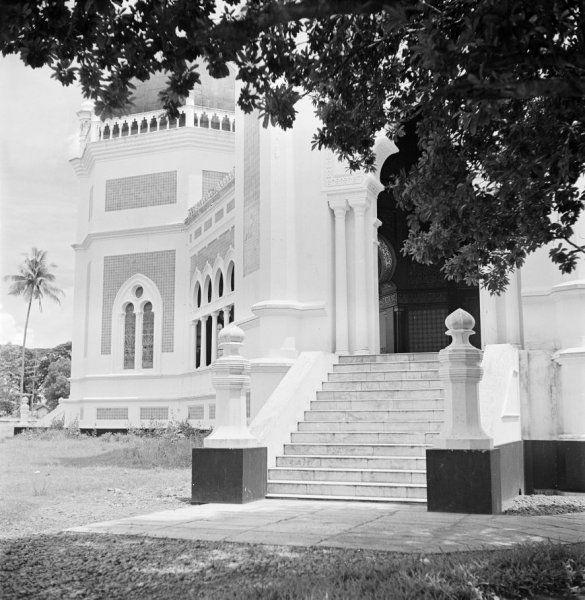 Een toegang tot de Masjid Raya, oftewel Grote Moskee, te Medan op Sumatra, Indonesië (z.j.)