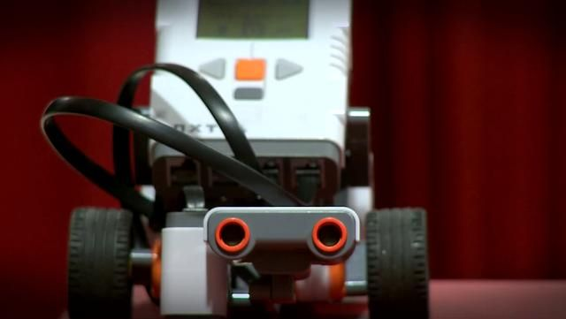Filmspot fra Mærsk Mc-Kinney Møller Videncenter i Sorø, hvor robotinstruktør Kristian Hoppe træner til First Lego League konkurrencerne med de meget begejstrede 10-15 årige.