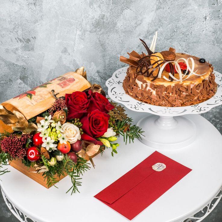 Unicitatea ciocolatei tortului Italian kiss se imbina in acest pachet gourmet de Craciun cu delicatetea florilor, asezate cu grija intr-un cufar deosebit. Ceea ce da o nota personala pachetului este scrisoarea, care poate cuprinde orice mesaj dorit de expeditor. Pret: 334 lei.