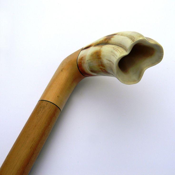 Bastone da passeggio in Bosso e manico in dente di Facocero (caduco); ogni pezzo è unico per i materiali reperibili mese per mese, secondo le stagioni...in esclusiva su www.mirabiliashop.com