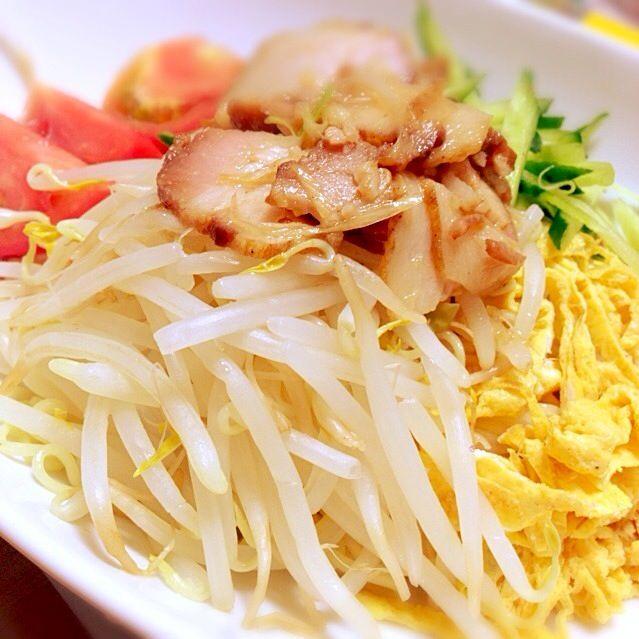 もやし、トマト、きゅうり、卵焼き、チャーシューで具だくさん‼︎‼︎ - 13件のもぐもぐ - 麺が見えないけど…冷やし中華でぇす(๑ ̄∀ ̄)。* by nanao777
