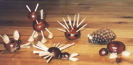 figuurtjes van kastanjes en eikels
