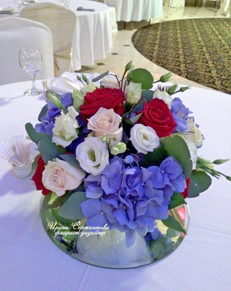 Оформление стола гостей: синие гортензии, розы, эустома