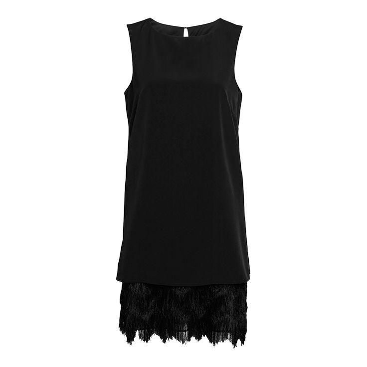 De mjuka, silkiga fransarna längs med hela nederkanten ger denna svarta klänning en nästan fjäderliknande look. Bär den tillsammans med en liten kuvertväska, ett par höga klackar och ditt bästa partyhumör.