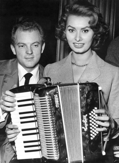 Sophia Loren plays the piano accordion.