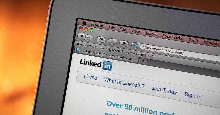 Cómo buscar currículum de LinkedIn. El sitio web de red profesional, LinkedIn te permite publicar tu currículum vítae y conectarte con posibles empleadores, entre otras funciones. Puedes buscar currículum públicos de forma gratuita, utilizando la búsqueda avanzada de personas del sitio web. si un usuario configuró su perfil como privado, debes conectarte con él para ver su perfil. ...
