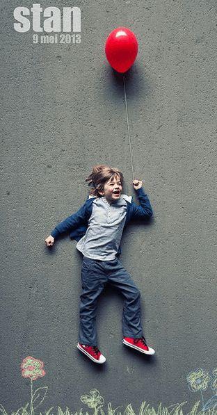 Communiekaartje of lentefeest uitnodiging voor jongen met ballon