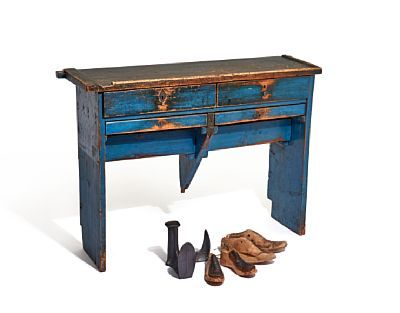 COBBLER BENCH WITH SHOEMAKER LESTER  Bluepainted. 1800s.  2 2 2 drawers. The drawers in the middle is divided into four rooms. NUMBER 4HEIGHT 72.00 CMLENGTH 103.00 CMDEPTH 31.00 CM