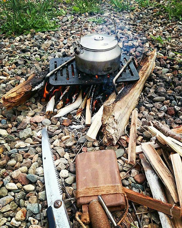 Bonfire! Regram from @shinkou_asobu - 焚き火pic❗ 久しぶり火遊び❗ナウ #焚き火 #火遊び #湯沸かし #やかん #ケトル #鉄脚 #bonfire #playingwithfire #kettle #stand #silky #gomboy #bonfirestand #bushcraft #campfire