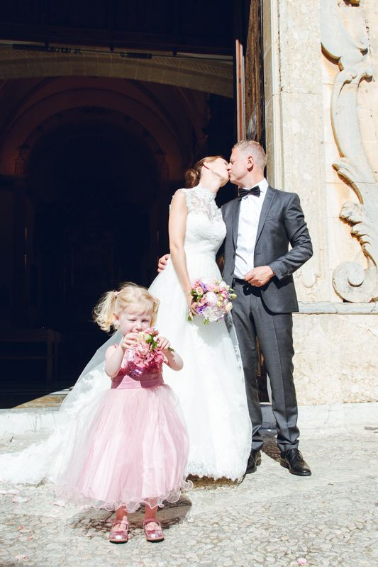 Little Lilly showing her boquete to the fotographer.   http://blog.beautifulwedding.no/elin-og-eivind-26-06-2015/