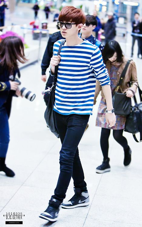 Chanyeol's airport fashion : Blue Strips shirt and jeans