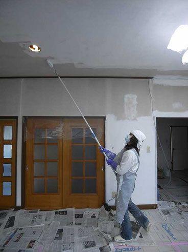 DIY(天井塗装)の方法・1 - 菅沼建築設計 この部屋は天井高が2700mmあるため、ローラーの柄はこのように延長材を連結して使う。